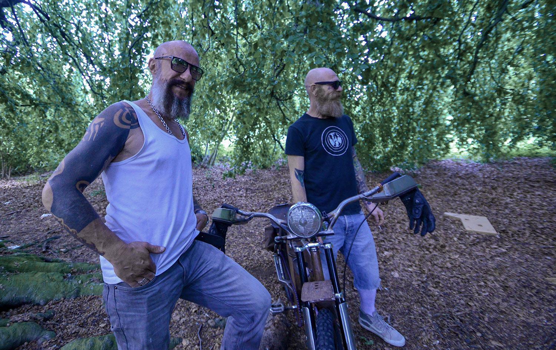 Christian und René bauen Fahrräder