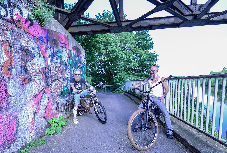 Chris und René bauen Fahrräder