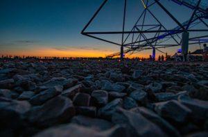 Der Tetraeder in Bottrop kurz nach Sonnenuntergang.