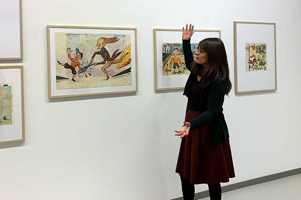 Kuratorin Linda Schmitz in der der Ausstellung